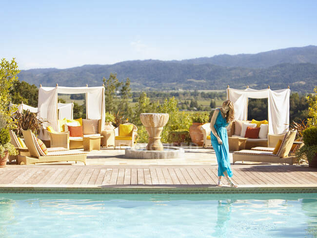 Bella donna immergendo il dito del piede in piscina in un resort di lusso con vista sul paese del vino in Napa Valley California — Foto stock