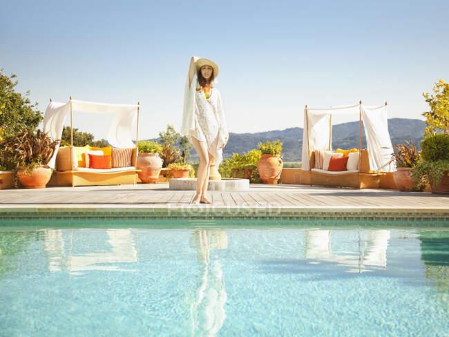 Bella donna in piedi sul bordo della piscina in un resort di lusso con vista sul paese del vino in Napa Valley California — Foto stock