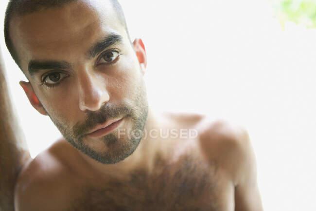 Gros plan d'un jeune homme regardant la caméra — Photo de stock