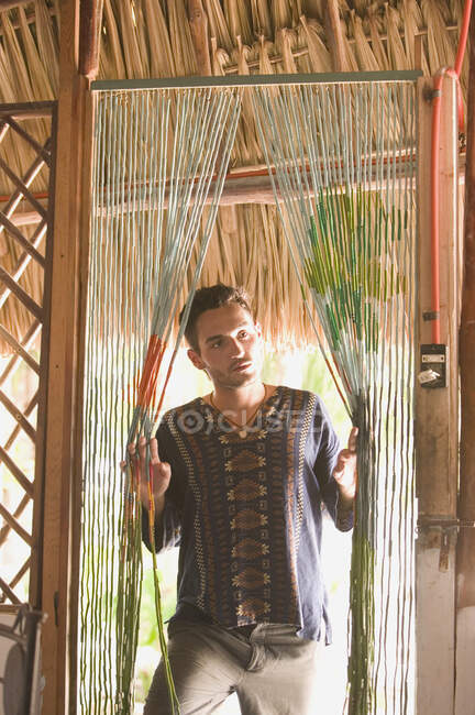 Молодой человек стоит в дверях — стоковое фото