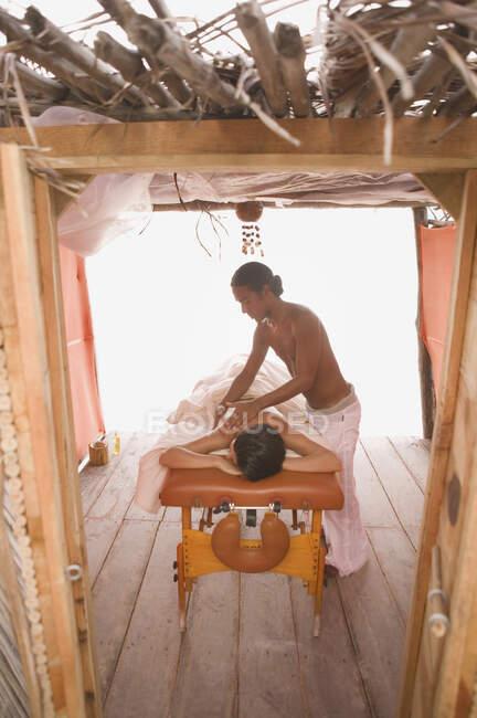 Jeune femme ayant un massage — Photo de stock