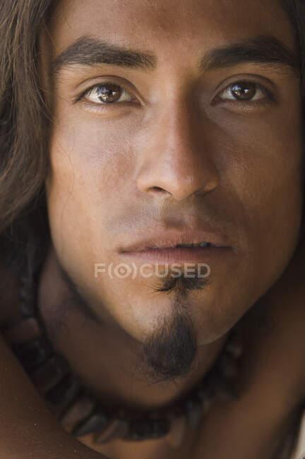 Primer plano retrato de un joven mirando a la cámara - foto de stock
