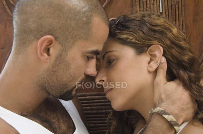Gros plan sur un jeune couple amoureux embrassant — Photo de stock