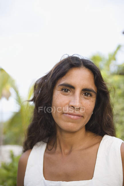 Portrait of cheerful mid adult woman smiling at camera outdoors — Stock Photo