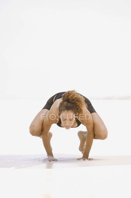 Young woman balancing on her hands — Stock Photo