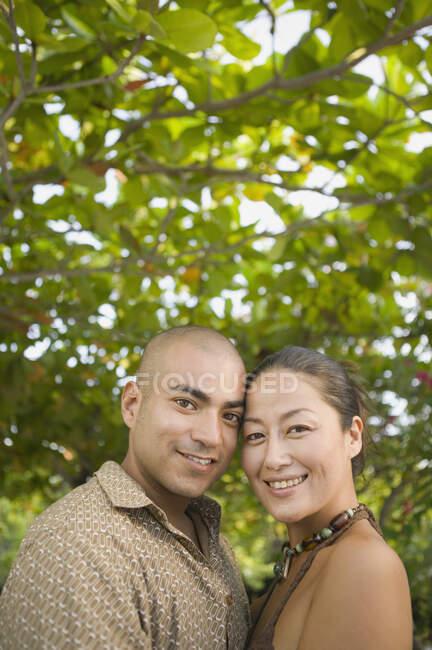 Casal posando para a câmera ao ar livre — Fotografia de Stock