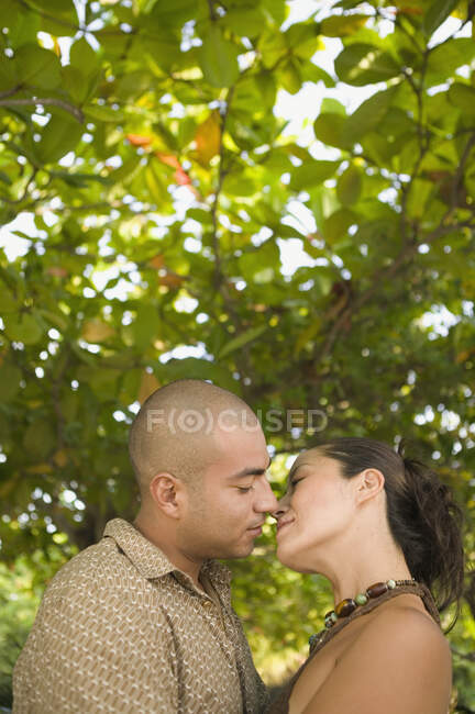 Beau jeune couple embrasser en plein air — Photo de stock