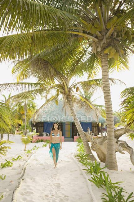 Donna che cammina sulla spiaggia — Foto stock