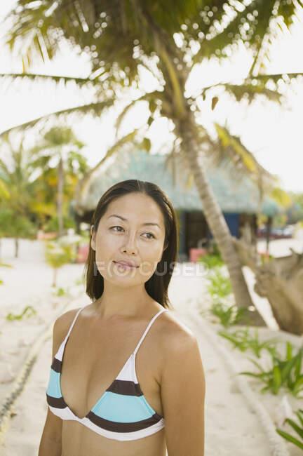 Молодая женщина позирует перед камерой — стоковое фото