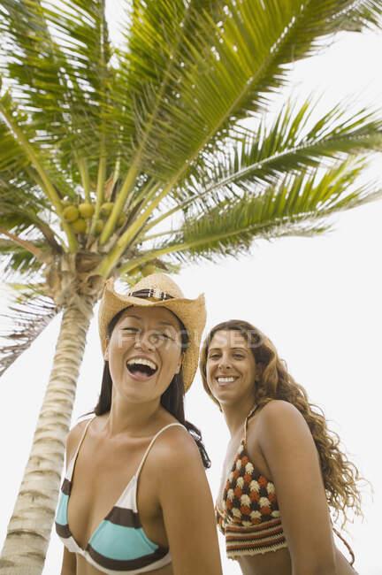 Jeunes femmes riant sur la plage — Photo de stock
