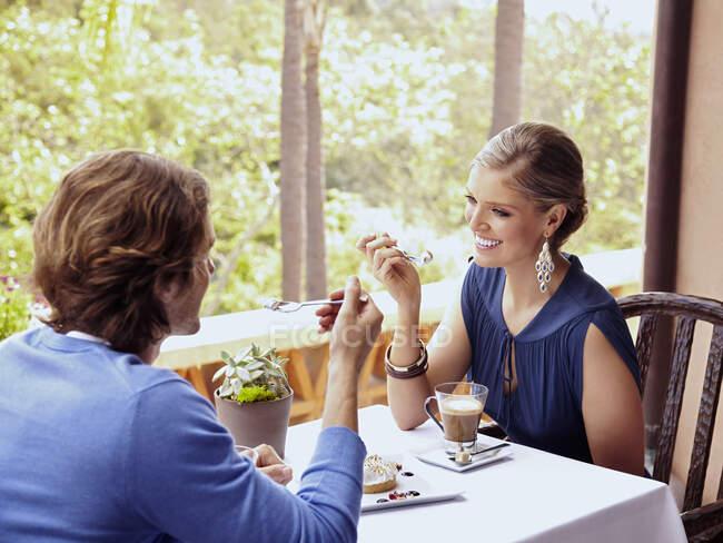 Гламурна кавказька пара їсть у ресторані. — стокове фото