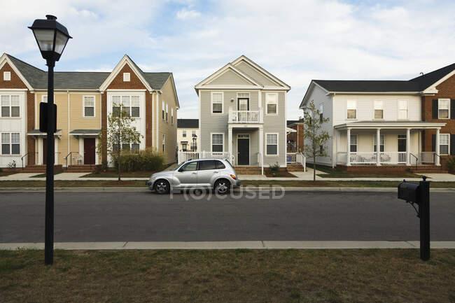 Nuove case di costruzione e strada asfaltata — Foto stock