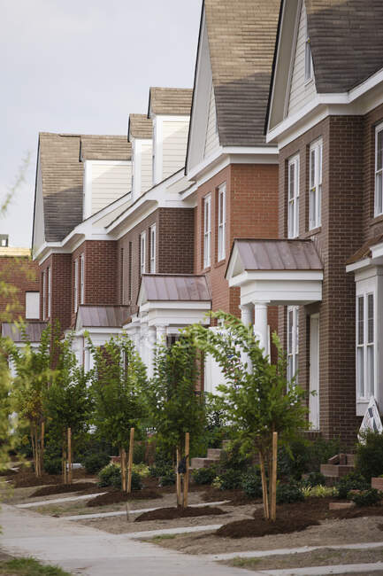 Fileiras de casas modernas novas da cidade — Fotografia de Stock