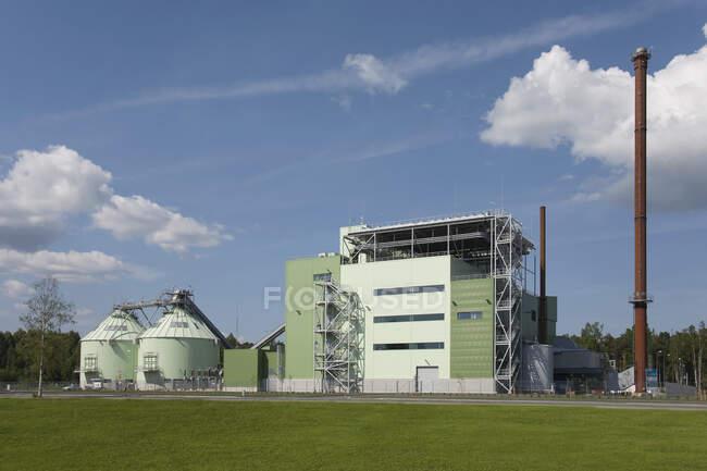 Usina de energia exterior no dia ensolarado — Fotografia de Stock