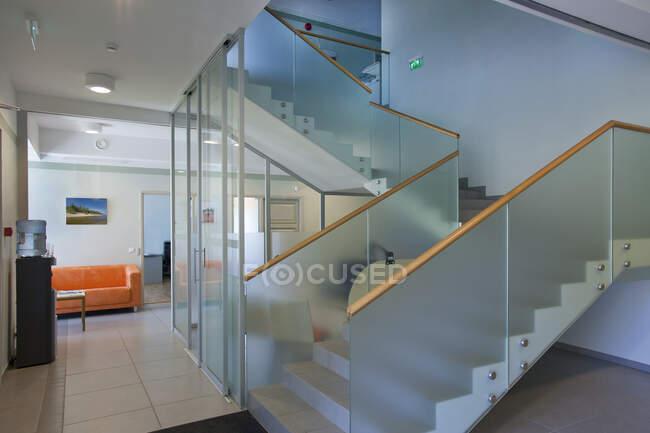 Casa tradizionale con una moderna estensione in vetro, su due piani, con pareti in vetro. — Foto stock