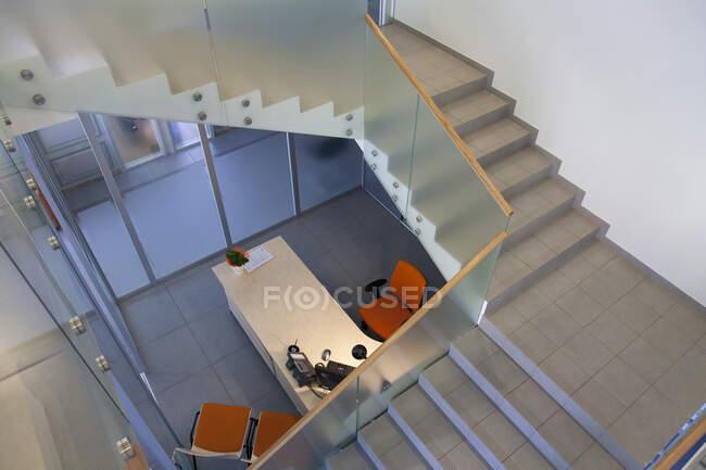 Pozzetto scale in ufficio moderno, vista ad angolo alto — Foto stock