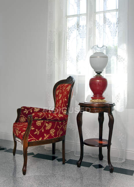 Ventana y asiento en el hogar de lujo - foto de stock