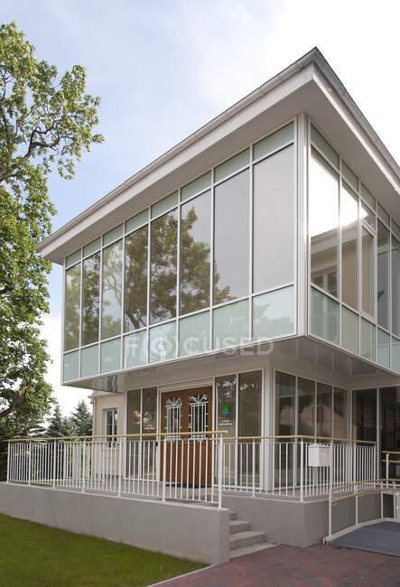 Casa tradicional com uma extensão de vidro moderno, dois andares, com paredes de vidro. — Fotografia de Stock