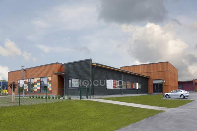 Escola elementar Exterior, edifício moderno — Fotografia de Stock
