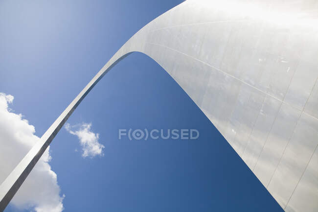 Gateway Arch against blue sky, low angle view — Stock Photo