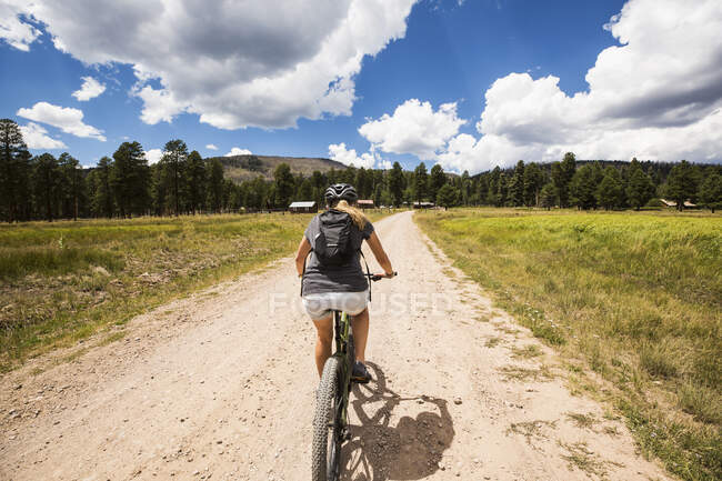 Donna adulta in mountain bike — Foto stock