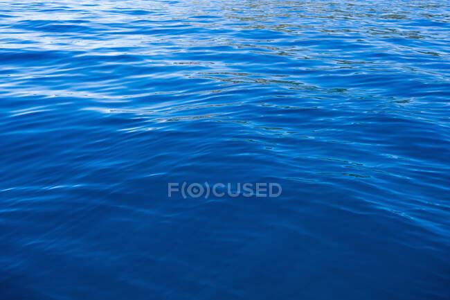Dettaglio di acqua calma di un lago, increspature sull'acqua — Foto stock