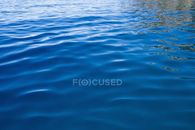 Detalle de aguas tranquilas de un lago de agua dulce - foto de stock