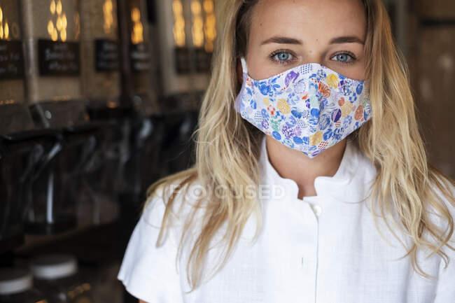 Femme portant un masque facial faisant du shopping dans un magasin local sans déchets — Photo de stock