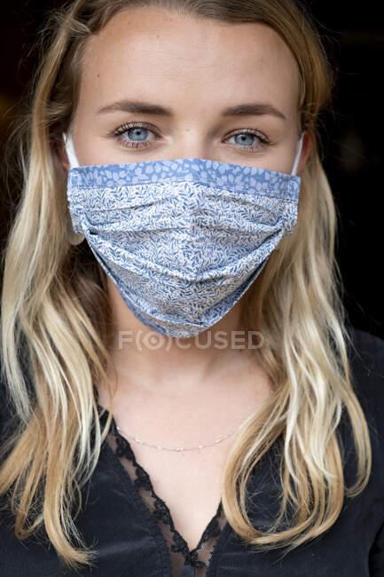 Портрет молодої блондинки у блакитній масці.. — стокове фото