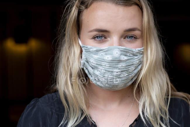 Портрет молодой блондинки в синей маске. — стоковое фото