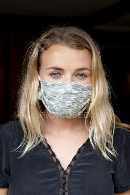Portrait de jeune femme blonde portant un masque bleu. — Photo de stock