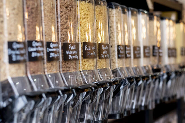 Großaufnahme von Lebensmittelspendern mit getrockneten Teigwaren in einem abfallfreien Vollwertladen. — Stockfoto