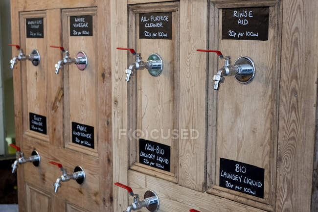 Закрытие деревянных дозаторов для чистки продуктов в безотходном магазине цельных продуктов. — стоковое фото