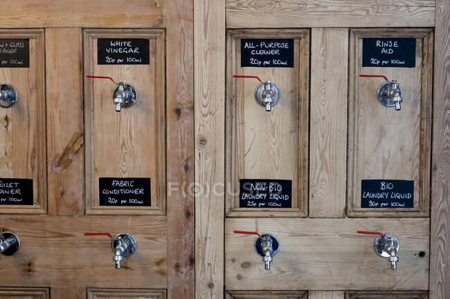 Close up de dispensadores de madeira para limpeza de produtos em uma loja de alimentos integrais sem resíduos. — Fotografia de Stock