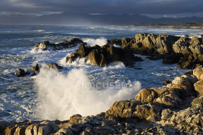 Veduta della costa rocciosa vicino a De Kelders, Sud Africa. — Foto stock