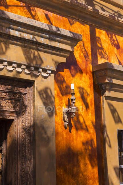 Close up di lampada e telaio di una porta di un edificio a Todos Santos, Messico. — Foto stock