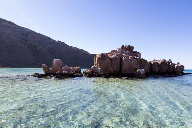 Petite île rocheuse dans la mer de Cortes — Photo de stock