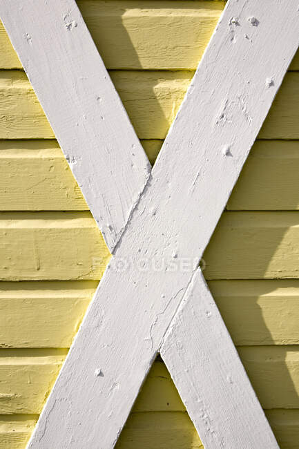 Building exterior, wood cladding, cross beams, white and yellow woodwork — Stock Photo