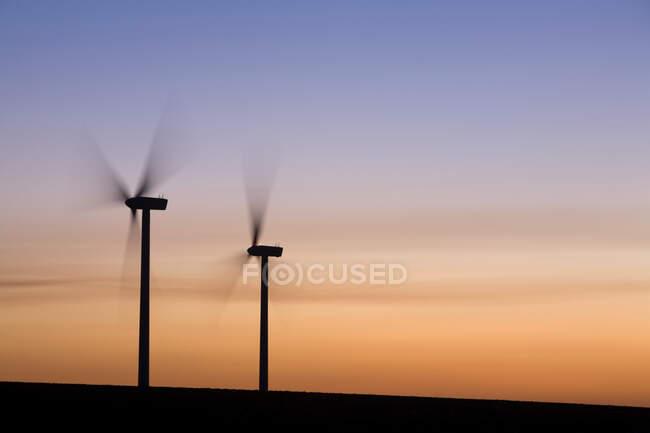 Две ветряные турбины поворачиваются, закат неба — стоковое фото