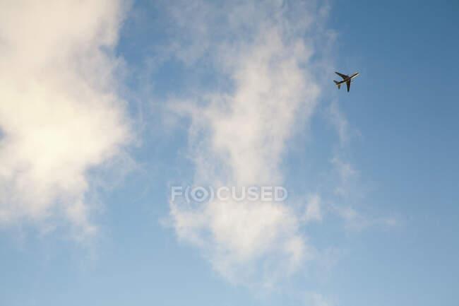 Vista desde el suelo de un avión en el cielo - foto de stock