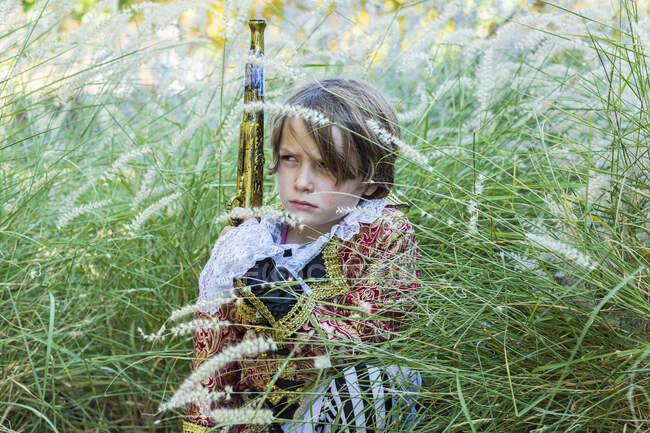 Мальчик, одетый как пират с длинным пистолетом. — стоковое фото