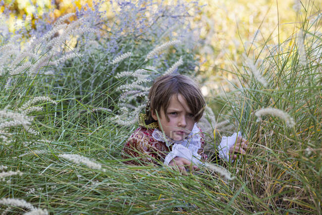 Niño vestido como un pirata sosteniendo pistola larga. - foto de stock