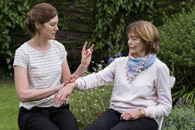 Жінка і жіночий психотерапевт під час альтернативної терапії в саду.. — стокове фото
