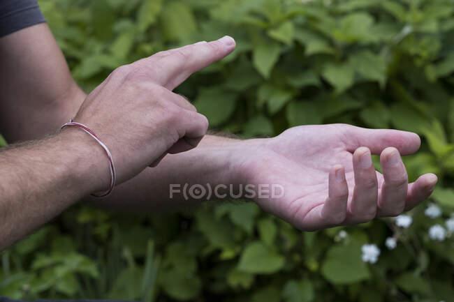 Nahaufnahme von Händen, die sich berühren, EFT-Klopftechnik. — Stockfoto