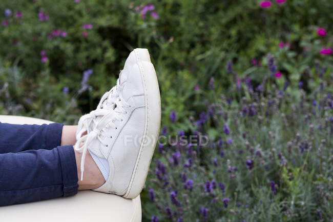 Gros plan des pieds de la personne sur le lit de traitement lors d'une séance de thérapie alternative dans un jardin. — Photo de stock