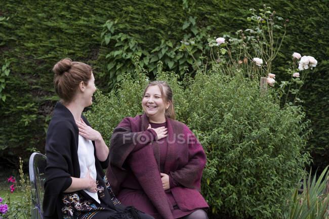 Una donna e una terapista che parlano in giardino. — Foto stock