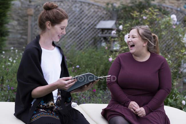 Une femme et un thérapeute parlent dans un jardin. — Photo de stock