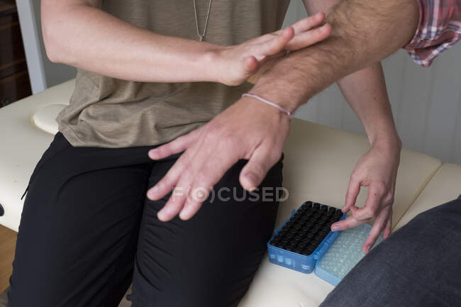 Alternative therapist and man during a consultation, using EFT tapping techniques therapy — Stock Photo