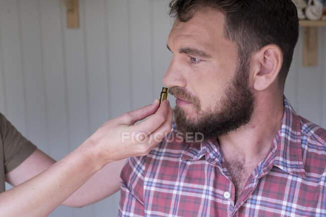 Terapeuta alternativo e homem durante uma consulta, usando a terapia de técnicas de batida EFT — Fotografia de Stock