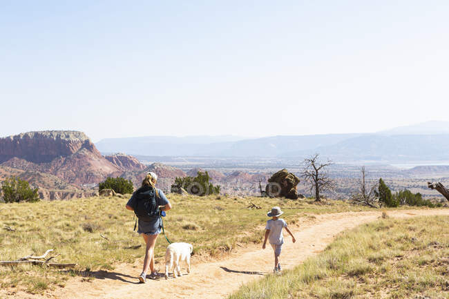 Family hiking on the Chimney Rock trail through a protected canyon landscape — Stock Photo